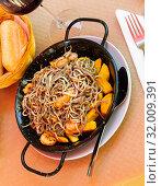 Купить «Spainsh dish seafood fried baby eels and prawns with potatoes», фото № 32009391, снято 15 июля 2019 г. (c) Яков Филимонов / Фотобанк Лори
