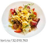 Купить «Salad with goat cheese, cherry tomatoes, arugula, nuts and raisins», фото № 32010763, снято 25 августа 2019 г. (c) Яков Филимонов / Фотобанк Лори