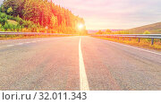 Купить «The dividing strip on the asphalt road passing through the mountain forest.», фото № 32011343, снято 7 сентября 2017 г. (c) Акиньшин Владимир / Фотобанк Лори