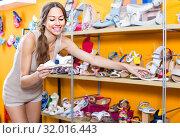 Купить «woman holding children shoes», фото № 32016443, снято 21 августа 2019 г. (c) Яков Филимонов / Фотобанк Лори