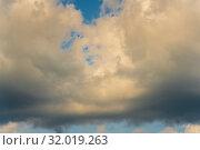 Купить «Пленительные летние золотистые облака на небе. Натуральный природный фон, мягкий фокус», фото № 32019263, снято 12 августа 2019 г. (c) А. А. Пирагис / Фотобанк Лори