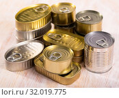 Купить «Close-up of metal tin cans with ring pull on wooden surface», фото № 32019775, снято 19 мая 2020 г. (c) Яков Филимонов / Фотобанк Лори