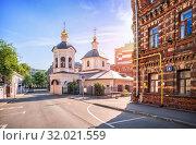 Сергиевская церковь в переулке Sergievskaya church in Moscow (2019 год). Стоковое фото, фотограф Baturina Yuliya / Фотобанк Лори