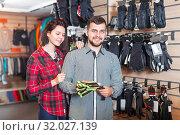 Купить «Couple deciding on protective gloves», фото № 32027139, снято 8 марта 2017 г. (c) Яков Филимонов / Фотобанк Лори