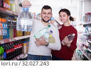 Купить «Smiling customers standing at beverages section», фото № 32027243, снято 14 марта 2017 г. (c) Яков Филимонов / Фотобанк Лори