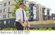 Купить «young businessman riding electric scooter outdoors», видеоролик № 32027727, снято 5 августа 2019 г. (c) Syda Productions / Фотобанк Лори