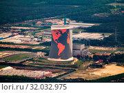 Kühlturm eines ehemaligen Gaskraftwerks mit einer Weltkarte bei Meppen. Стоковое фото, фотограф Zoonar.com/flight-pictures / age Fotostock / Фотобанк Лори