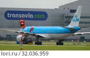 Купить «Airplane towing to service», видеоролик № 32036959, снято 25 июля 2017 г. (c) Игорь Жоров / Фотобанк Лори