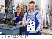 Купить «Craftsman showing drilled glass», фото № 32040127, снято 10 сентября 2018 г. (c) Яков Филимонов / Фотобанк Лори
