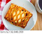 Купить «Tasty bakery puff cakes with goat cheese at plate, nobody», фото № 32040359, снято 18 мая 2019 г. (c) Яков Филимонов / Фотобанк Лори