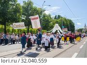 Tallinn, Estonia - JUL 06, 2019: People walk on parade during Estonian Song Festival. Редакционное фото, фотограф Юлия Кузнецова / Фотобанк Лори