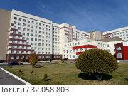 Купить «Алтайская краевая клиническая больница в нагорной части Барнаула», фото № 32058803, снято 30 сентября 2016 г. (c) Free Wind / Фотобанк Лори