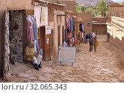 Tourist shops on the opposite bank of Ksar of Ait-Ben-Haddou, Ounila River valley, Ouarzazate Province, region of Draa-Tafilalet, Morocco, North West Africa. (2019 год). Редакционное фото, фотограф Christian Goupi / age Fotostock / Фотобанк Лори