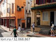 Купить «Singapore, Republic of Singapore, street scene with people and buildings in Chinatown », фото № 32068867, снято 9 мая 2019 г. (c) Caro Photoagency / Фотобанк Лори