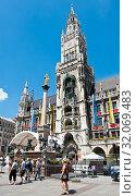 Туристы на площади Мариенплац рядом с Новой ратушей (Neues Rathaus). Солнечный день летом. Мюнхен. Бавария. Германия (2019 год). Редакционное фото, фотограф E. O. / Фотобанк Лори