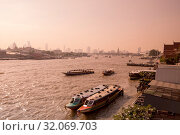 The chao phraya river at Bangkok Noi in the city of Bangkok in Thailand. Thailand, Bangkok, November, 2017. Стоковое фото, фотограф Zoonar.com/URS FLUEELER / age Fotostock / Фотобанк Лори