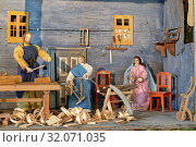 Weihnachtskrippe im Eingangsbereich der Pfarrkirche Mariä Himmelfahrt Anger - Rupertiwinkel,die seltene Darstellung der Heiligen Familie mit Jesus als Knabe in der heimatlichen Zimmermannswerkstatt. Стоковое фото, фотограф RoHa-Fotothek Fürmann / age Fotostock / Фотобанк Лори