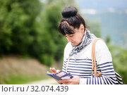 Взрослая женщина с телефоном в руках на улице. Стоковое фото, фотограф Игорь Низов / Фотобанк Лори
