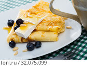 Купить «Crepes with brie and honey», фото № 32075099, снято 9 июля 2020 г. (c) Яков Филимонов / Фотобанк Лори