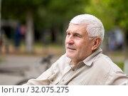 Купить «Portrait of an elderly Gray-haired man sitting on a park bench.», фото № 32075275, снято 8 августа 2019 г. (c) Акиньшин Владимир / Фотобанк Лори