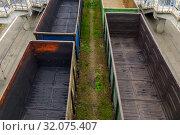 Пустые железнодорожные полувагоны для перевозки сыпучих грузов. Стоковое фото, фотограф Вячеслав Палес / Фотобанк Лори