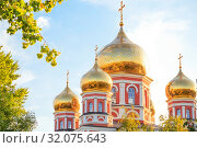 Church in the city of Saratov, Russia, Volga region. Attraction, culture, Religion, Christianity, Church of the Protection of the Holy Virgin. Domes of gold color in the summer sunshine. Стоковое фото, фотограф Светлана Евграфова / Фотобанк Лори