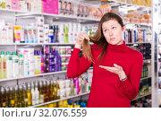 Купить «sad female who is dissatisfied of her hair», фото № 32076559, снято 22 марта 2018 г. (c) Яков Филимонов / Фотобанк Лори