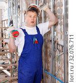 Купить «Construction worker using screw gun for aluminum profile mounting at indoors building site», фото № 32076711, снято 28 мая 2018 г. (c) Яков Филимонов / Фотобанк Лори