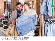 Купить «Young female with male are looking on jeans blouse for her», фото № 32082091, снято 12 марта 2018 г. (c) Яков Филимонов / Фотобанк Лори
