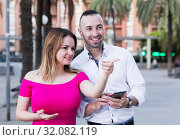 Young woman is pointing the way to stranger man who was meet. Стоковое фото, фотограф Яков Филимонов / Фотобанк Лори