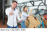 Man is shopping bicycle with bike characteristic. Стоковое фото, фотограф Яков Филимонов / Фотобанк Лори