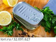 Купить «Golden and silver tin cans», фото № 32091627, снято 15 сентября 2019 г. (c) Яков Филимонов / Фотобанк Лори