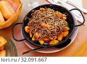 Купить «Elvers (baby eels) roasted with shrimps», фото № 32091667, снято 15 июля 2019 г. (c) Яков Филимонов / Фотобанк Лори
