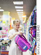 Купить «teen girl in store at counter with briefcases», фото № 32091843, снято 21 сентября 2019 г. (c) Дарья Филимонова / Фотобанк Лори