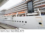 Купить «Maintenance service of MS Star Pisces at Ocean Terminal, Hong Kong», фото № 32092471, снято 16 марта 2017 г. (c) Александр Подшивалов / Фотобанк Лори