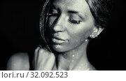Shining makeup with a metallic glint. Стоковое видео, видеограф Илья Шаматура / Фотобанк Лори