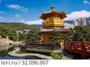Pavilion of Absolute Perfection and Wu Bridge in Nan Lian Garden, Chinese Classical Garden. Diamond Hill, Kowloon, Hong Kong, China. Стоковое фото, фотограф Leonid Serebrennikov / age Fotostock / Фотобанк Лори