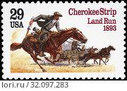 Racing for Homesteads in Cherokee Strip, 1893, Cherokee Strip Land Run Centennial, postage stamp, USA, 1993. (2014 год). Редакционное фото, фотограф Ivan Vdovin / age Fotostock / Фотобанк Лори