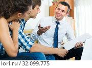 Купить «Agent with laptop and young couple», фото № 32099775, снято 18 января 2020 г. (c) Яков Филимонов / Фотобанк Лори