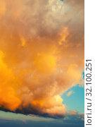 Купить «Небесный закатный пейзаж. Золотое небо. Golden dramatic sky background - picturesque colorful clouds lit by sunlight. Vast sky landscape panoramic scene, colorful sky view», фото № 32100251, снято 25 мая 2019 г. (c) Зезелина Марина / Фотобанк Лори
