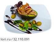 Купить «Broiled quail legs with avocado, cranberries, greens, balsamic», фото № 32110091, снято 26 января 2020 г. (c) Яков Филимонов / Фотобанк Лори