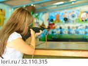 Купить «Девушка стреляет в тире из ружья», фото № 32110315, снято 25 августа 2019 г. (c) Арестов Андрей Павлович / Фотобанк Лори