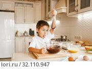 Купить «Young kid mixing melted chocolate in a bowl», фото № 32110947, снято 6 марта 2019 г. (c) Tryapitsyn Sergiy / Фотобанк Лори