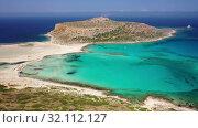 Aerial view on Tigani cape and Balos lagoon with sandy sea beach. Crete, Greece. (2019 год). Стоковое видео, видеограф Serg Zastavkin / Фотобанк Лори