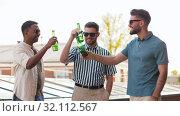 Купить «happy male friends drinking beer at rooftop party», видеоролик № 32112567, снято 27 июля 2019 г. (c) Syda Productions / Фотобанк Лори