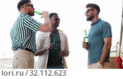 Купить «happy male friends drinking beer at rooftop party», видеоролик № 32112623, снято 27 июля 2019 г. (c) Syda Productions / Фотобанк Лори