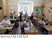 Купить «Балашиха, дети в школе 1 сентября», эксклюзивное фото № 32118523, снято 2 сентября 2019 г. (c) Дмитрий Неумоин / Фотобанк Лори