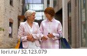 Купить «senior women with shopping bags walking in city», видеоролик № 32123079, снято 27 августа 2019 г. (c) Syda Productions / Фотобанк Лори