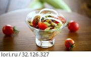 Warm grilled zucchini salad with fresh cherry tomatoes and onions. Стоковое видео, видеограф Peredniankina / Фотобанк Лори