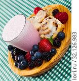 Купить «Cinnabons and yogurt smoothie with berries», фото № 32126983, снято 16 сентября 2019 г. (c) Яков Филимонов / Фотобанк Лори